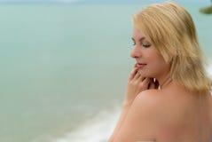 Молодая женщина на lounger пляжа Стоковые Фото