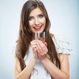 Молодая женщина непринужденного стиля представляя на предпосылке студии, Стоковая Фотография RF