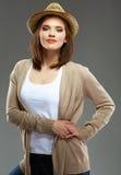 Молодая женщина непринужденного стиля представляя на предпосылке студии Стоковое Фото