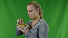 Молодая женщина не может ел свежие зеленые виноградины и она смеется над видеоматериал