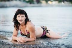 Молодая женщина не сделала seashore проводит его праздники Стоковое фото RF