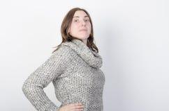 Молодая женщина носит одежды зимы Стоковые Фотографии RF