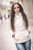 Молодая женщина, нося вскользь одежды, с длинными волосами Стоковое фото RF