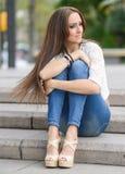 Молодая женщина, нося вскользь одежды, с длинными волосами Стоковые Изображения