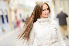 Молодая женщина, нося вскользь одежды, с длинными волосами Стоковые Фото