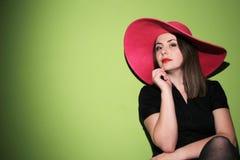 Молодая женщина нося розовую шляпу Стоковая Фотография
