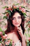 Молодая женщина нося розовые цветки на ее голове Стоковые Изображения