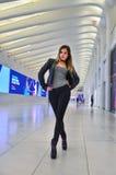 Молодая женщина нося стильное обмундирование представляя на современном интерьере стоковые изображения rf