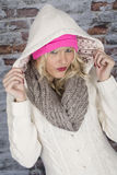 Молодая женщина нося с капюшоном пальто Стоковое Изображение
