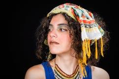 Молодая женщина нося этнические аксессуары Стоковое Изображение