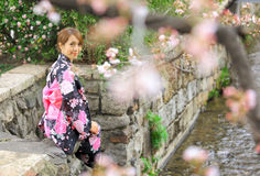 Молодая женщина нося японское кимоно Стоковое Изображение