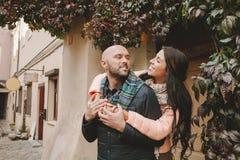 Молодая женщина обнимает ее парня в городе Стоковое Фото