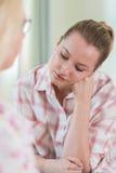 Молодая женщина обсуждая проблемы с советником Стоковое Изображение RF