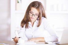 Молодая женщина общаясь с обработкой документов Стоковая Фотография RF