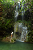 Молодая женщина около водопада Стоковое Изображение RF