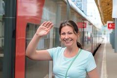 Молодая женщина около поезда Стоковое Изображение RF