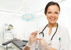 Молодая женщина доктора в комнате хирургии Стоковая Фотография