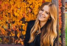 Молодая женщина осени с желтым цветом выходит предпосылка Внешнее фото моды окруженных волос девушки красивых Стоковые Изображения