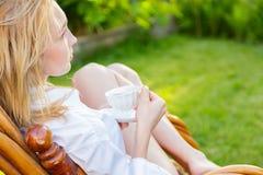 Молодая женщина ослабляет Стоковое Изображение