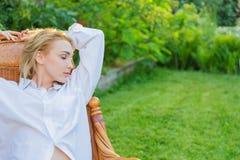 Молодая женщина ослабляет Стоковая Фотография