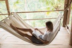 Молодая женщина ослабляя в гамаке Стоковое Фото