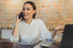 Молодая женщина ослабляя в интернет-кафе стоковое изображение
