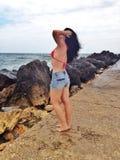 Молодая женщина ослабляя на море стоковое фото rf