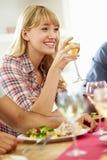 Молодая женщина ослабляя на официальныйе обед Стоковые Фото