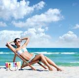 Молодая женщина ослабляя на пляже Стоковые Изображения RF
