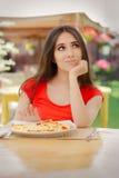 Молодая женщина отказывая съесть пиццу стоковые фотографии rf
