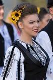 Молодая женщина от Румынии в традиционном костюме 15 Стоковые Изображения