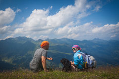 Молодая женщина отдыхая на походе горы Стоковые Изображения
