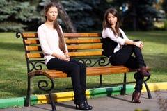 Молодая женщина отдыхая на стенде в парке Стоковое Изображение RF