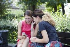 Молодая женщина отдыхая на стенде в парке Стоковые Изображения RF