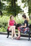 Молодая женщина отдыхая на стенде в парке Стоковые Фотографии RF