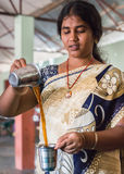 Молодая женщина охлаждает кофе путем лить в воздухе Стоковые Фото