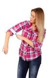 Молодая женщина очищая ее рубашку с роликом корпии Стоковые Изображения RF