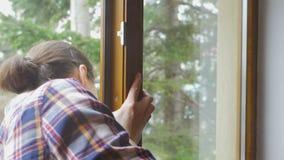 Молодая женщина очищая окна с тканью видеоматериал