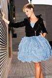 Молодая женщина одетая в городской моде стоковое фото rf
