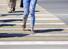Молодая женщина пересекая улицу в городе Стоковое Изображение