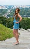Молодая женщина перед перед городским пейзажем Стоковая Фотография
