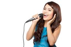 Молодая женщина поет держать изолированный mic, стоковое фото rf