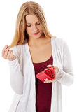 Молодая женщина показывает ее пустой бумажник банкротство Стоковые Фото