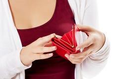 Молодая женщина показывает ее пустой бумажник банкротство Стоковое фото RF