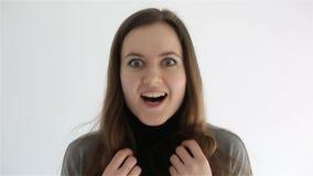 Молодая женщина показывает чувства и эмоции на ее стороне конец вверх видеоматериал