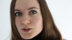 Молодая женщина показывает чувства и эмоции на ее стороне конец вверх сток-видео