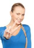 Молодая женщина показывая знак победы стоковые фотографии rf