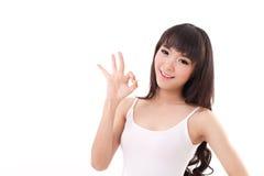 Молодая женщина показывая одобренный знак руки Стоковые Изображения
