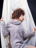 Молодая женщина показывая подчиненное настроение Стоковые Изображения RF