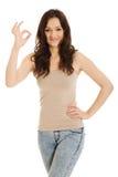 Молодая женщина показывая совершенный знак Стоковая Фотография